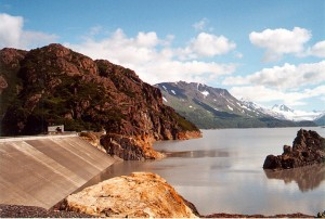 Lake with mountains on the side, with a hydroelectric plant